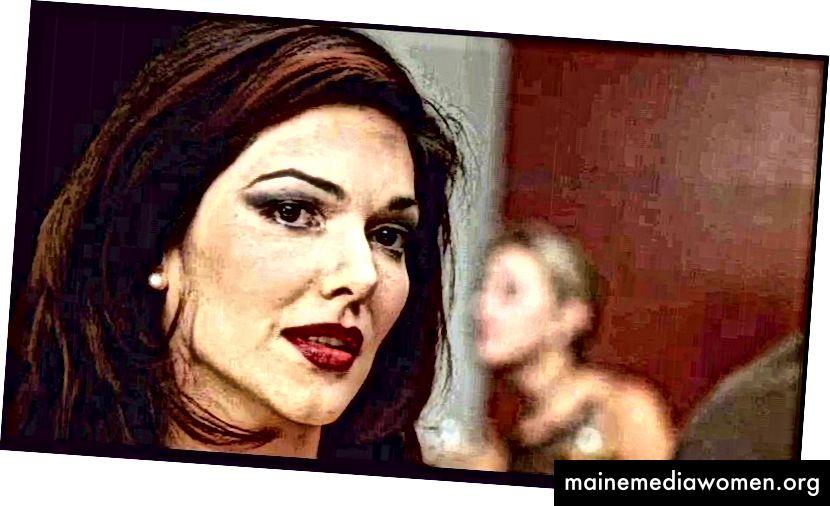 """Laura Harring als ihr wahres Ich, Camilla Rhodes, in der Posttraumsequenz """"Mulholland Dr."""" (2001). Beachten Sie die schärfere Beleuchtung und die wärmere Farbpalette. Dies soll ihren wahren Status als wichtige Schauspielerin von ihrem Status als """"Frau in Schwierigkeiten"""" in der Traumsequenz abheben."""