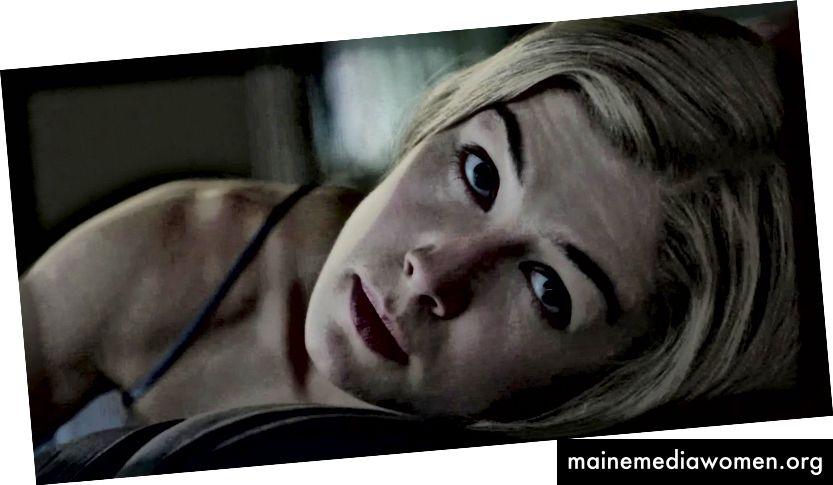 """Rosamund Pike als Amy Dunne in """"Gone Girl"""" (2014). Beachten Sie ihren manipulativen Blick, während sie in diesem Bild an ihrem unglücklichen Ehemann Nick (Ben Affleck) zieht."""