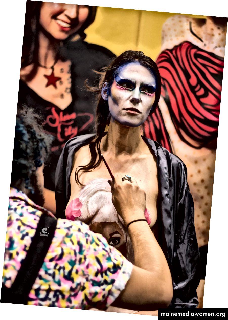Eine Drag Queen, die sich für ihren Auftritt auf der RuPaul DragCon 2017 in Manhattan, New York, am 10. September 2017 fertig macht. Foto: Caleb Mutua / Caleb Images.