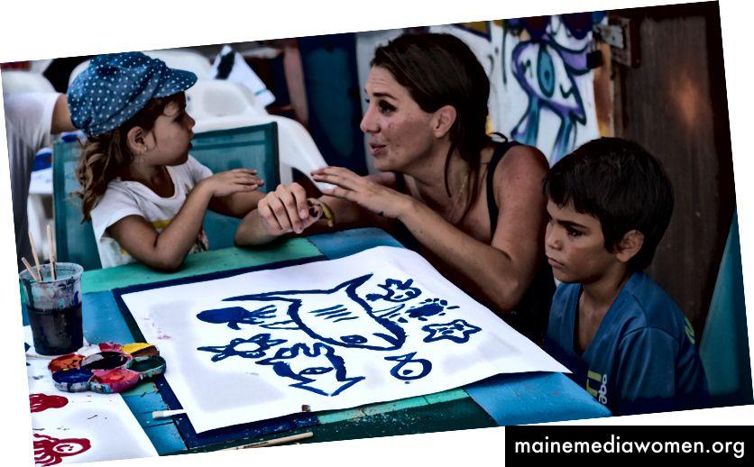Artist in Residence Paola Beck mit jungen Kunststudenten an der Gemeindeschule | © El Ganzo