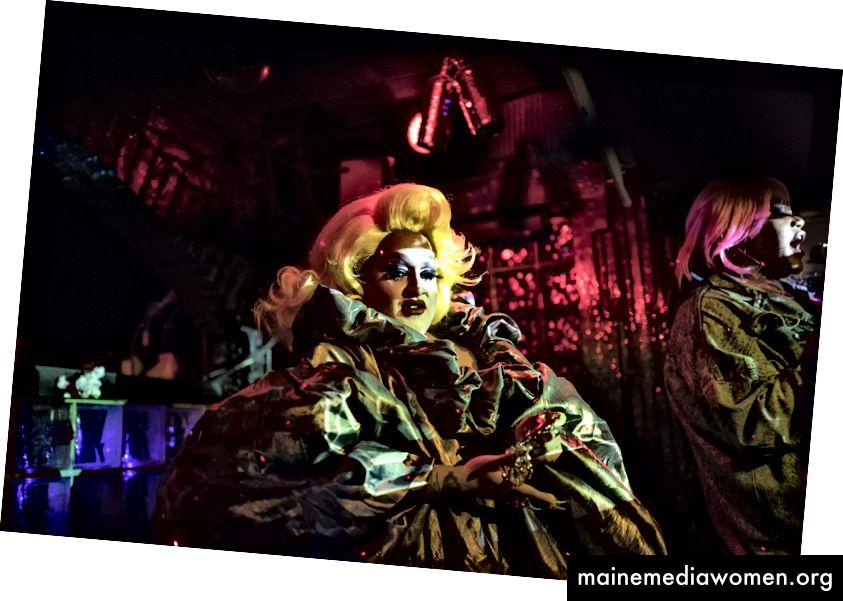 Horrorchata (links) und Merrie Cherry (auf der Bühne von Metropolitan in Williamsburg, Brooklyn) feiern im November das 15-jährige Bestehen dieser Bar. Alle Fotos von Jessica Lehrman für die New York Times