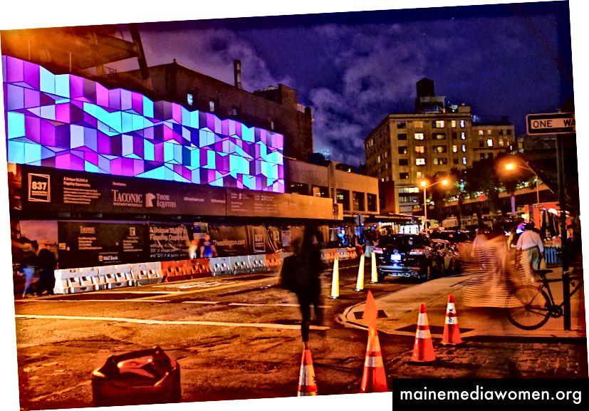 """""""Crystalline Time"""" war eine temporäre Lichtprojektion auf einer Baustelle in NYC, die von Chris Jordan und DBOX für die Entwickler Thor Equities und Taconic Investment Partners erstellt wurde."""