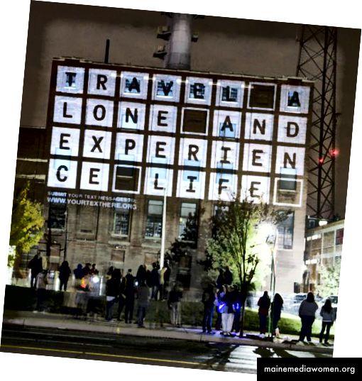 IHR TEXT HIER, eine Installation des Künstlers Marcos Zotes, zeigt die Worte der Community in Fettdruck an den Seiten von Gebäuden.