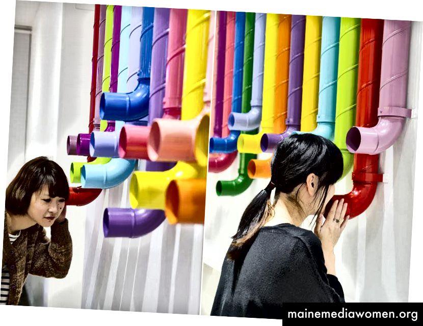 Eine auffällige und farbenfrohe Installation von Rohren von Kamitopen verbindet die Büros von Yudo Ltd.
