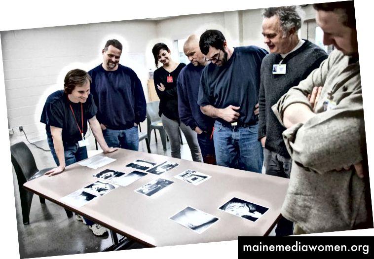 Das Team von Answers without Words bewertet die Antworten der Mitarbeiter, CRCI, Portland Oregon