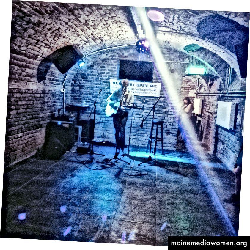 Es gab Tanzvorführungen  und eine kostenlose Mikrofonbühne, die alle begrüßte. Egal ob Sie ein Amateur oder ein professioneller Künstler sind!