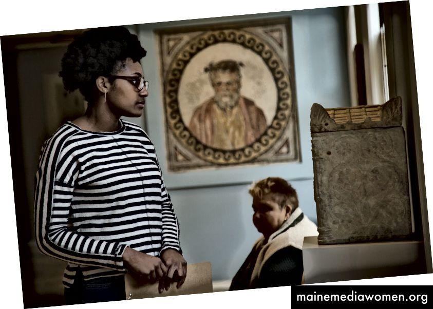 Ein erstmaliger Besucher erkundet ein Kunstmuseum. Schauen Sie sich Art. Bezahlt werden.