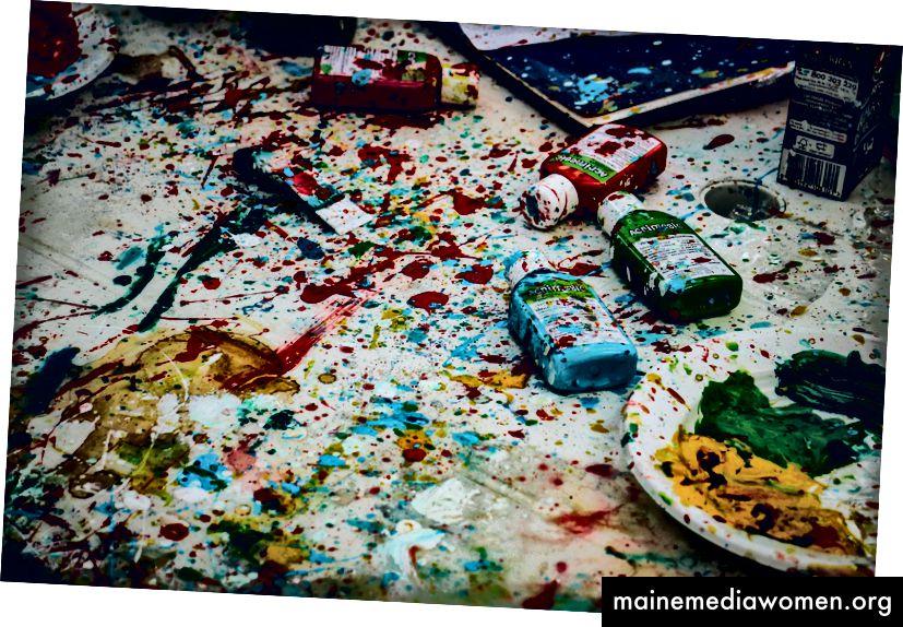 Ricardo Viana hat auf Unsplash einen weißen Tisch mit Farbflaschen in Praia de Santa Cruz mit farbenfroher Farbe bespritzt