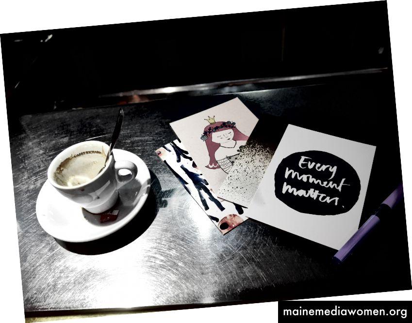 كتابة البطاقات البريدية في باريس ، 2017.