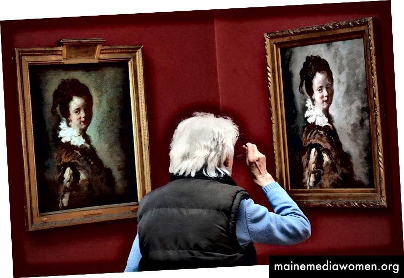أحد الزائرين يشاهد نسخة طبق الأصل من لوحة جان-هونوري فراجونارد للقرن الثامن عشر بعنوان