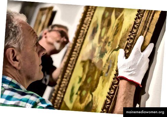 خبراء الفن يتفقدون تحفة فنية. (المصدر: متحف فان جوخ)
