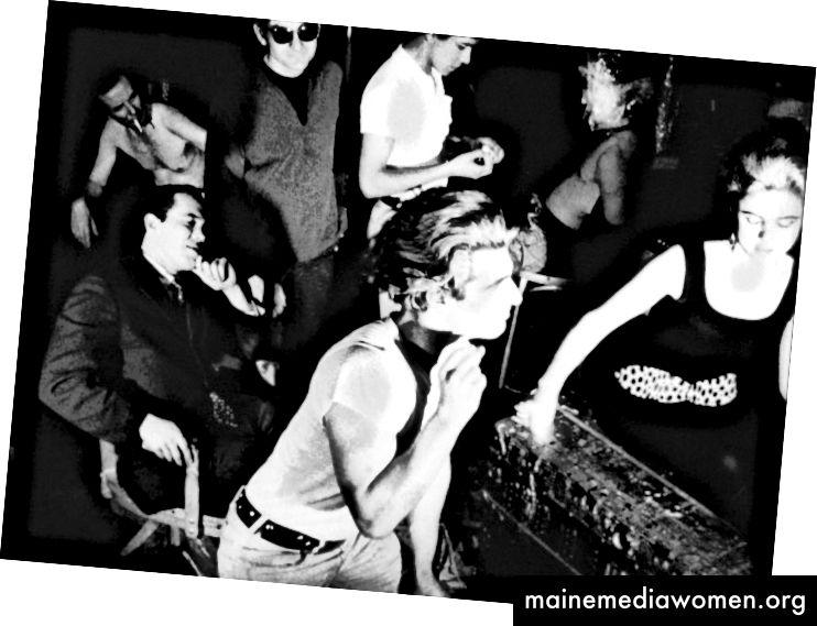 فينيل ، 1965. جيرارد ميلانغا في المقدمة. إدي سيدجويك ، التي ظهرت لأول مرة في وارهول ، على اليمين.