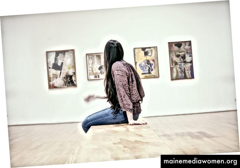 """""""Жена, седнала на пода"""" от gilber franco на Unsplash"""