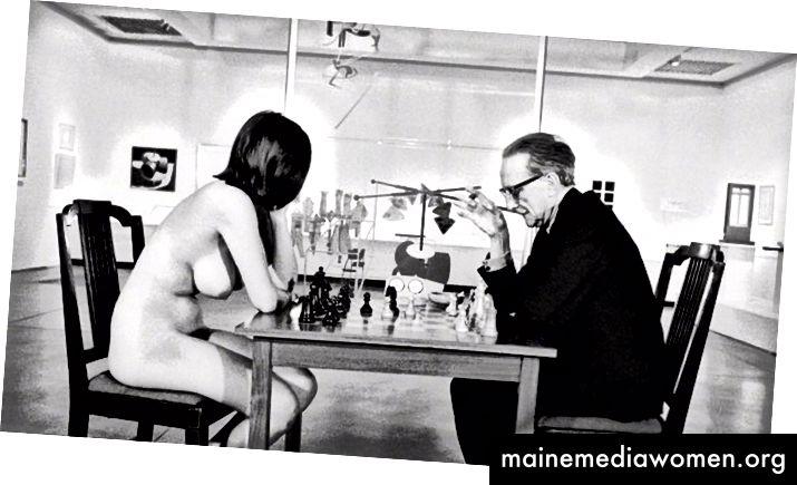 """Gustave Courbet's The Painter's Studio, 1855, Museé d'Orsay a Julian Wasser """"Marcel Duchamp hraje šachy s aktem"""", 1963"""