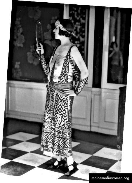 زعنفة في عام 1923 ترتدي فستانًا مستوحى من الطراز المصري من قبل المصمم الفرنسي بول بوارت.