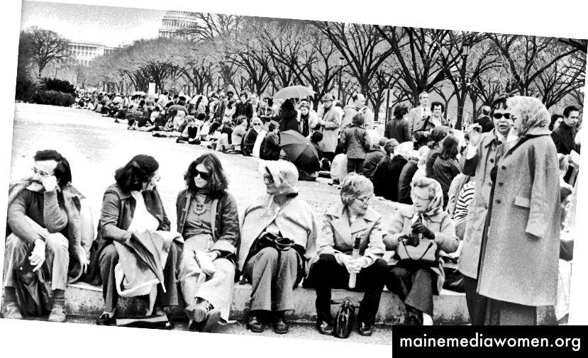 صورة لصحيفة واشنطن بوست للحشود تنتظر المول الوطني في واشنطن العاصمة ، لمشاهدة