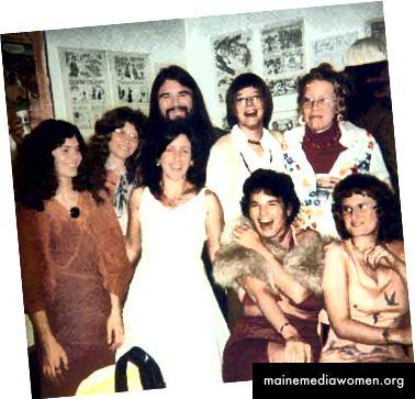 The Wimmen's Comix Collective in 1975. (مصدر الصورة Lambiek Comiclopedia)