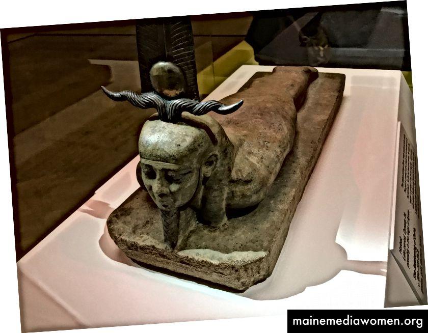 أوزوريس يرفع رأسه بابتسامة طفيفة في لحظة الاستيقاظ أو القيامة ، بعد إعادة تجميع جسده المفترس وتوليده من جديد. يتم عرض التمثال في معرض