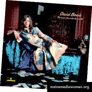 """Eine auffallend individuelle Verwendung der Morris-Tapete als rebellischer Stil fand David Bowie 1971, als er sich in einem von Präraffaeliten inspirierten Kleid vor ein imitiertes Morris-Wandgemälde für das ursprüngliche Albumcover """"The Man Who Sold The World"""" legte. David Bowie (Mit freundlicher Genehmigung von Mercury Records über Discogs)"""