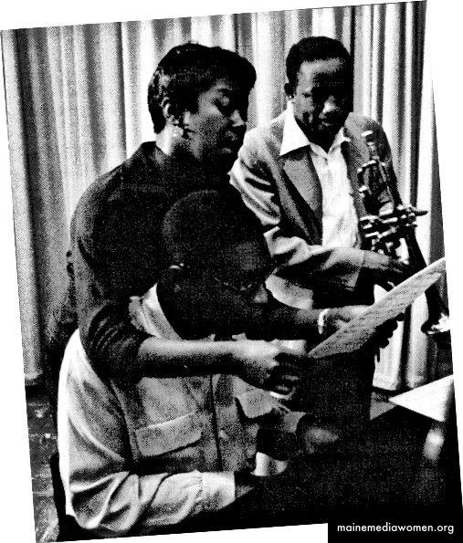 """Сара Вон, Джими Джоунс и Клифърд Браун по време на сесията на запис за """"Сара Вон с Клифърд Браун"""", в Ню Йорк, 1954 г. (Снимка от Херман Леонард)"""