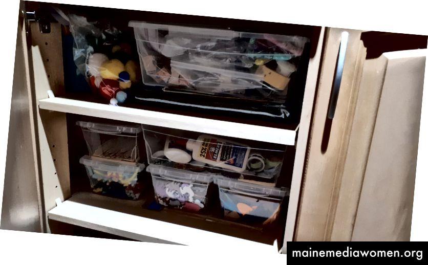 """Снимка на шкаф за творчески """"неща"""". По-долу се съхраняват бои и други средства за изкуство."""