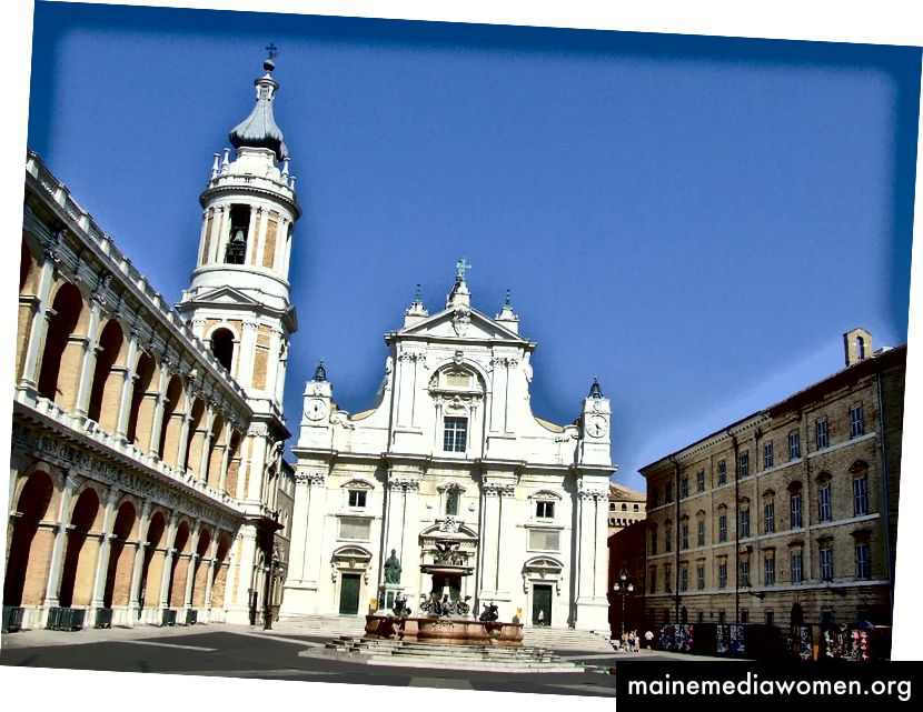 كنيسة ديلا سانتا كازا في لوريتو ، إيطاليا. بواسطة ماسيمو روسيلي على ويكيميديا