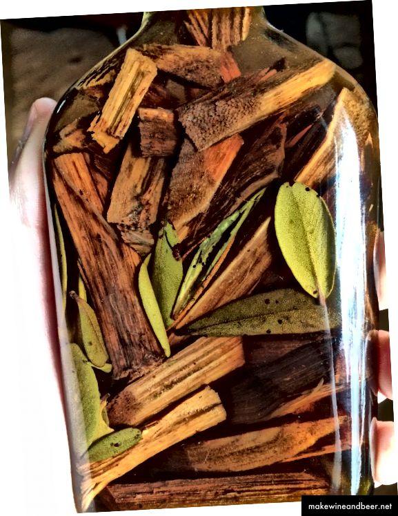 Mamajuana tüüpiline ettevalmistus. Mamajuana koostisosad, leotades rummi ja mett.