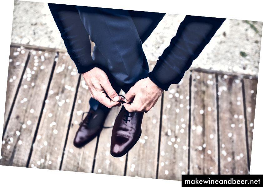 شرط می بندم که شما اولین باری که آن را امتحان کنید نتوانید کفش خود را ببندید. حالا شما یک حرفه ای هستید (یا اینکه این کار را انجام دهید ، خوب است).