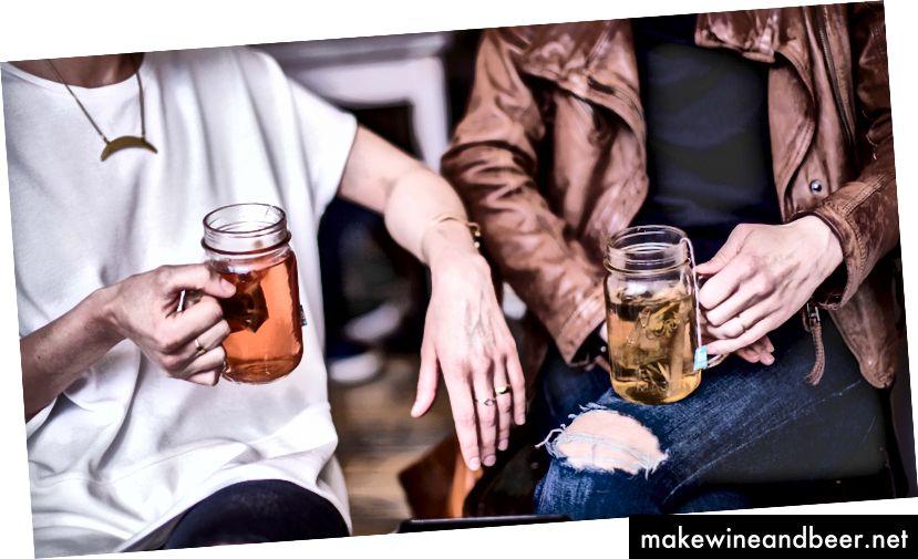 من گاهی چای می نوشم و همچنین شلوار جین پشمی می پوشم. عکس توسط متیو هنری در Unsplash