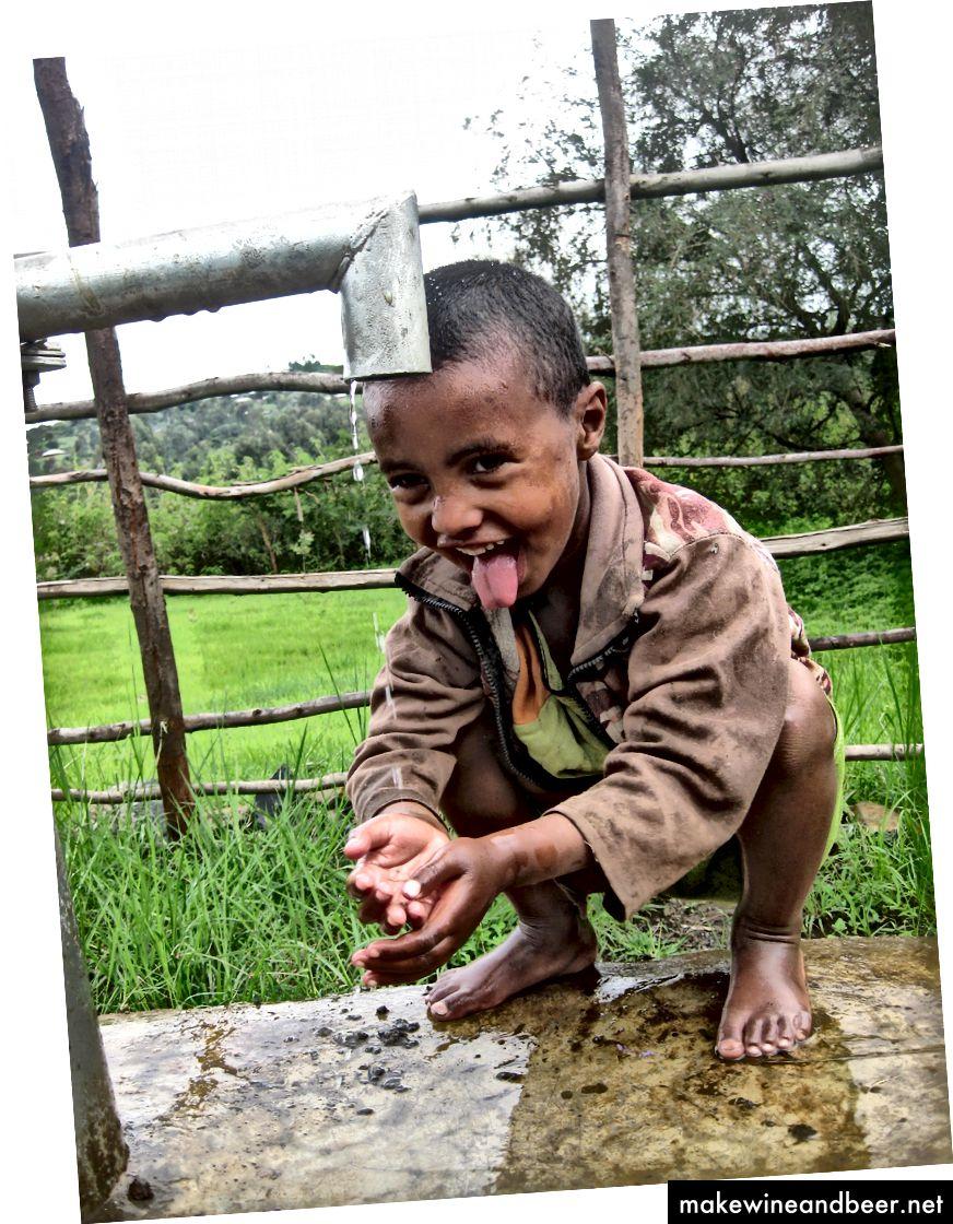 پسری در اتیوپی از نوشیدنی خنک لذت می برد. اعتبار عکس: نیکلاس پارکینسون / DAI