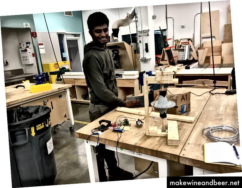 (Karthik Kalyanaraman در آزمایشگاه بر روی دستگاه نمونه برداری کار می کند)