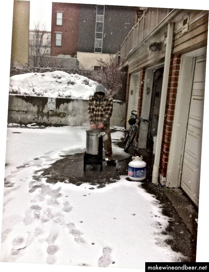 بنیانگذار ما ، بلیک اندرسون ، در حالی که در حال دم کردن دسته اولیه و فوق العاده کوچک وین لاگر ، زمستان 2014 ، دست های خود را گرم نگه می دارد.