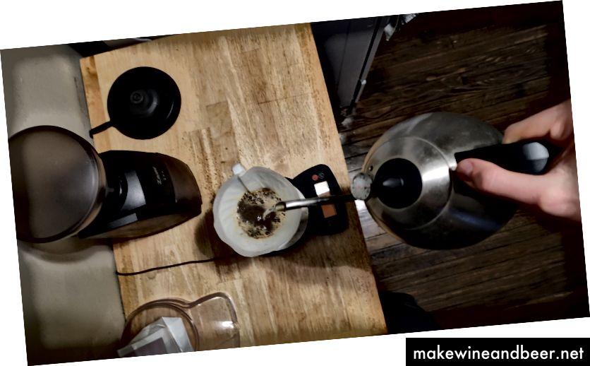 Kaffee mit Wasser übergießen