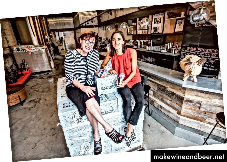 Rosemarie Certo, Gründerin und Präsidentin der Dock Street Brewing Company, links, und Vizepräsidentin Marilyn Candeloro posieren für ein Foto in ihrer neu eröffneten Konservenfabrik in der 705 S. 50th St. in West Philadelphia.