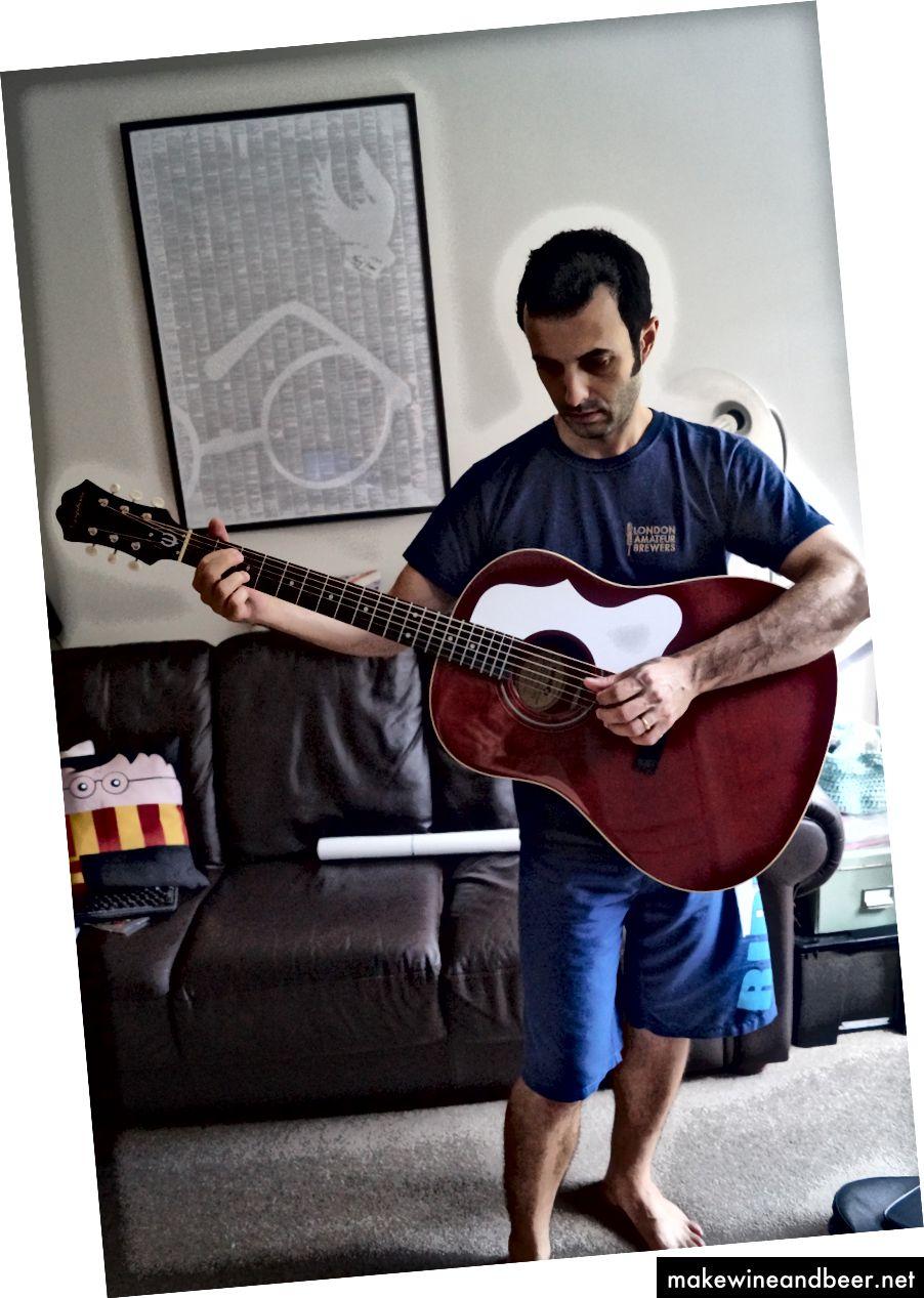 یکی از چندین گیتار