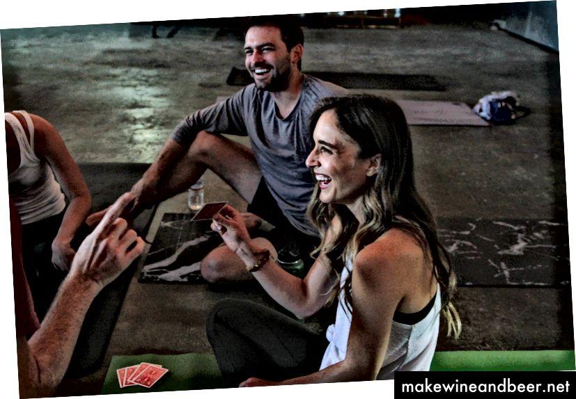 HUBB ایروین و فرانکی فوتی ترفندهایی را برای دانشجویان یوگا بعد از کلاس انجام می دهند. | عکس های دانی بالاخره.
