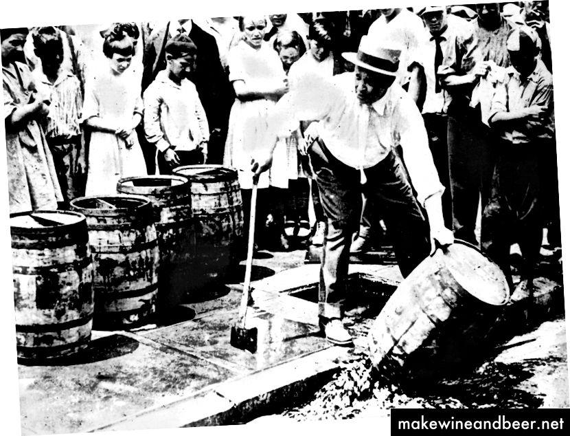 کودکان با ناراحتی تماشا می کنند که چگونه الکل از بین می رود ، cicra 1920. | آژانس عکس عمومی / گتی