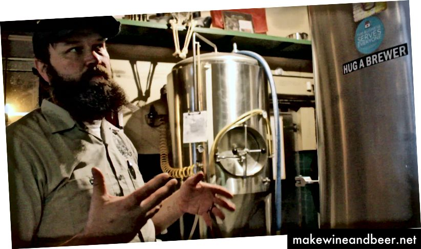 Mullens izskaidro dažādas alus pagatavošanai izmantotās iekārtas. Annijas Vēberes foto.