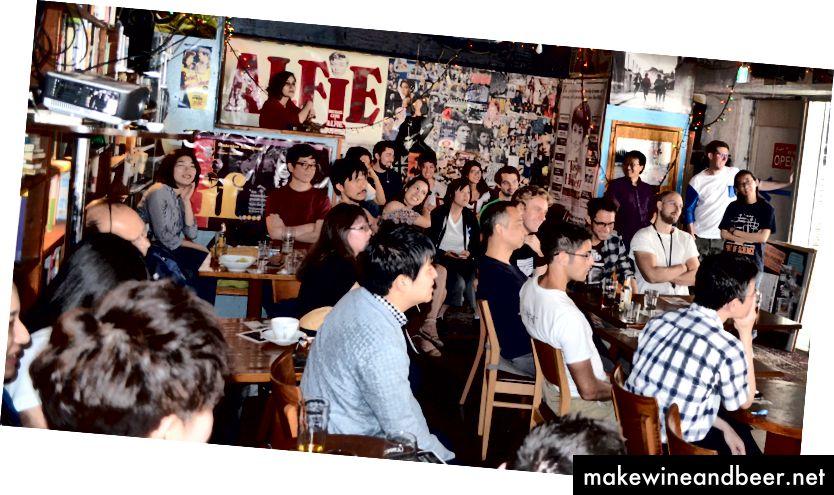 سامعین کے پاس کچھ مشروبات ہیں اور زیادہ تر چہروں پر مسکراہٹ ہے۔ تاکیسہ فوکادائی کی تصویر