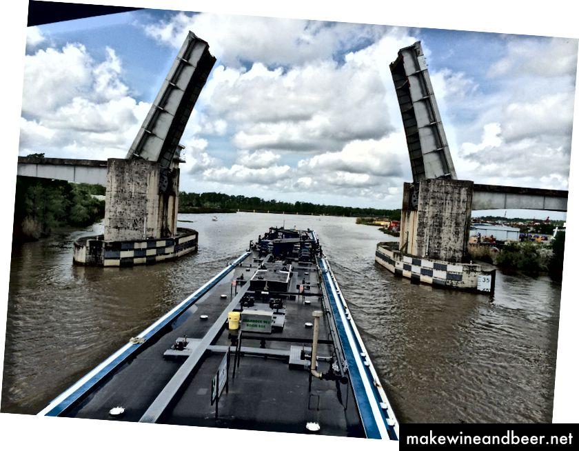 Luizianada 2 barj (600 fut uzunluğunda) körpü düzülmüşdür