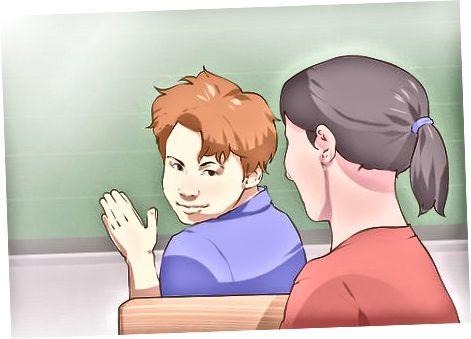 Приближаване на момиче в училище