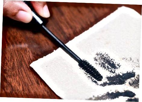 Reinigen Sie Ihre Bürste, um Mascara aufzutragen