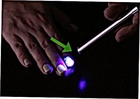 Mengaktifkan Glow in Nail Polish