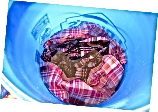 پیراهن خود را در آب سرد فرو کنید.