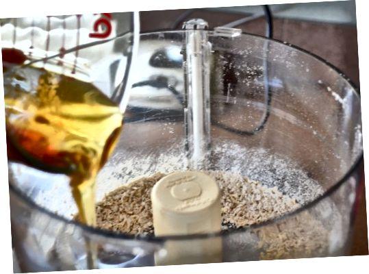 Ajouter le mélange de lait et d'eau à l'avoine en poudre.