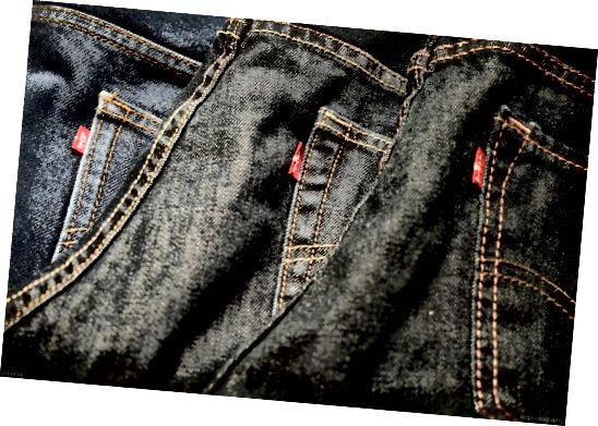 लेवी के आकार, शैली और रंग विकल्पों की एक विस्तृत श्रृंखला में आते हैं। आप उन्हें डेनिम के विभिन्न अलग-अलग वज़न में प्राप्त कर सकते हैं: कुछ 100% कपास और कुछ स्पैन्डेक्स के साथ। वे पहले से ही कपड़े में पहने छेद के साथ भी उपलब्ध हैं।