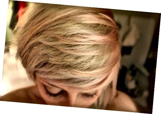 Bělené a barevné vlasy mohou těžit z vlasového šamponu.