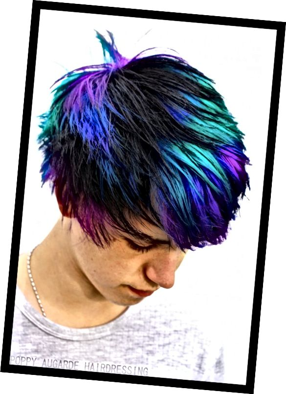 Barevný obnovovací šampon pomáhá udržovat jasné zářivé barvy.