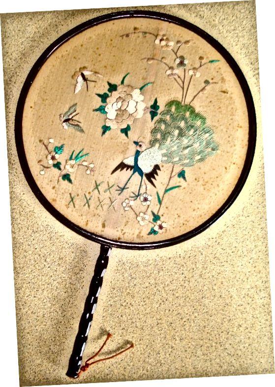 मेरी दादी की सिल्क विक्टोरियन फैन, रेशम में कशीदाकारी