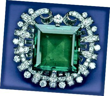 Καρφίτσα λευκόχρυσου 1950 από την Tiffany and Co. με 75,47 καράτια κολομβιανό σμαράγδι και 13 καράτια λευκά διαμάντια.